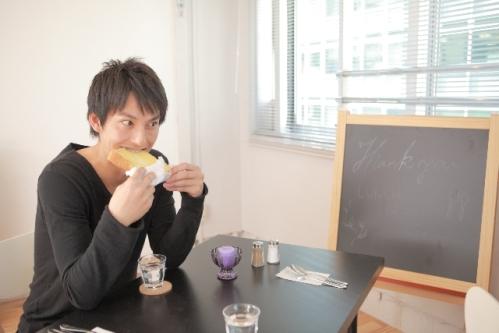 食事中の男性