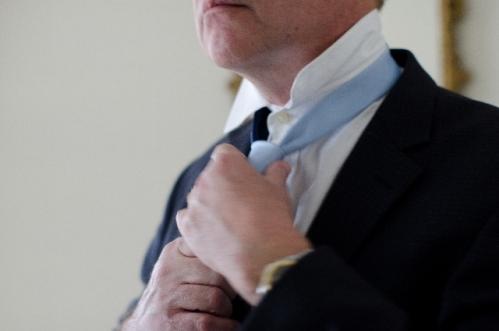 ネクタイを締める男性